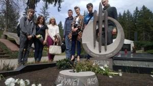 Jaunieji žurnalistai prie Vytautpo Gedgaudo kapo