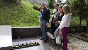 Žurnalistikos studentai Spaudos dieną simbolines žvakeles uždegė prie nužudyto kolegos Vito Lingio kapo
