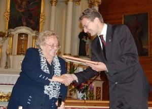 Filomenai Taunytei įteikiama Juozo Tumo Vaižganto premija (Svėdasai, 2008 m. rugsėjis)