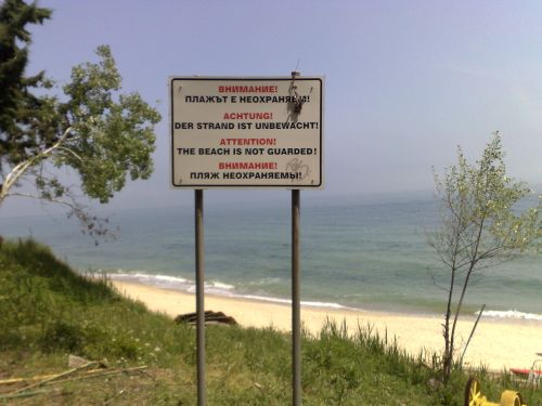 Užrašas įspėja - paplūdimys nesaugojamas!