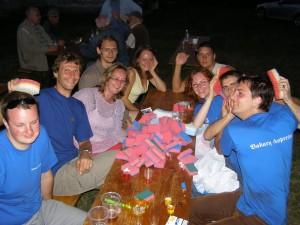 Vienos rungties nugalėtojai, Klaipėdos žurnalistai džiaugėsi prizu - indų plovimo kempinėlėmis. 2006 metai, pajūris