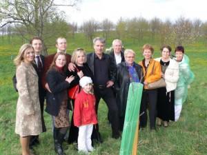 V.Kudirkos premijos laureatė Aurelija Arlauskienė su kolegomis prie pasodinto ąžuoliuko Ožkabaliuose
